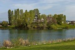 早春天绿色、湖、钟楼和教会有现代建筑学的在区Drujba 免版税库存照片