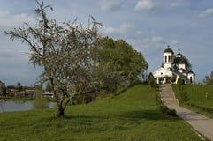 早春天绿色、湖、钟楼和教会有现代建筑学的在区Drujba 免版税图库摄影