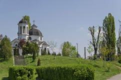 早春天绿色、钟楼和教会有现代建筑学的在区Drujba 图库摄影