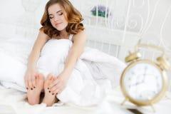 早晨一名年轻美丽的妇女 免版税库存照片
