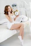 早晨一名年轻美丽的妇女 免版税图库摄影