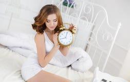 早晨一名年轻美丽的妇女 免版税库存图片