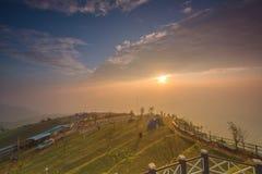 早晨做清晰视界的雾covered're在Phu Thap Boek  免版税库存照片