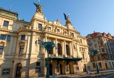 早晨光的在一个晴天,布拉格,捷克共和国Vinohrady剧院 库存图片