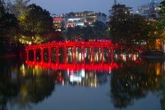 早晨光的红色桥梁桥梁在Hoan Kiem湖的在晚上微明下 河内越南 免版税库存照片
