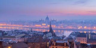 早晨兰色薄雾的布达佩斯全景 库存照片