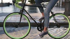 早晨关闭循环一辆自行车的女性脚英尺长度由有湿asphslt的被铺的城市街道 a侧视图  股票录像
