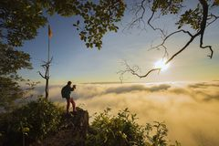 早晨冒险旅行,与雾的风景 免版税库存照片