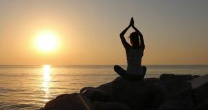早晨凝思,妇女实践在海滨的瑜伽,在佳能EOS 5D标记IV的射击在慢动作 股票录像