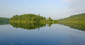早晨反射在北部森林 库存照片