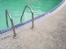 早晨合并与游泳池的梯子步 库存图片