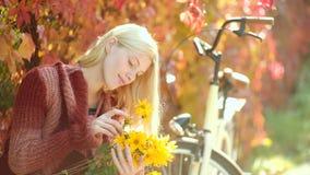 早晨和愉快 秋天妇女 有长发的梦想的女孩在编织毛线衣 愉快的年轻女人在晴朗的公园 影视素材