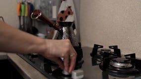 早晨咖啡传统 咖啡因瘾 强的热的饮料,新近地酿造在一个jezve或土耳其罐在手上  影视素材
