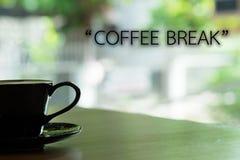 早晨咖啡和字词 免版税图库摄影