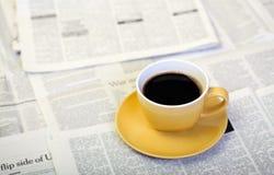早晨咖啡和报纸 免版税库存图片