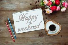 早晨咖啡和文本在笔记薄:愉快的周末 免版税库存图片