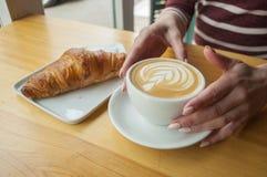 早晨咖啡和新月形面包 免版税库存照片