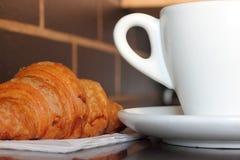 早晨咖啡和新月形面包 库存照片