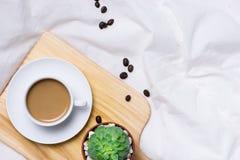 早晨咖啡和日志与木铅笔在布料顶视图,创造性的妇女 免版税图库摄影