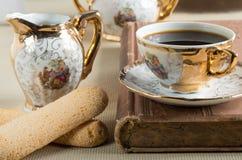 早晨咖啡和曲奇饼savoiardi在桌上 免版税库存图片
