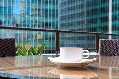 早晨咖啡在城市 库存照片
