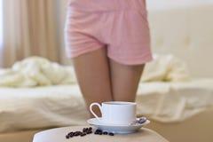 早晨咖啡在河床上 免版税库存照片