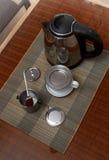 早晨咖啡在越南在藤条桌上的咖啡过滤器服务与两把藤条椅子 库存照片