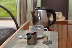早晨咖啡在越南在藤条桌上的咖啡过滤器服务与两把藤条椅子 库存图片