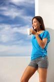早晨咖啡早餐瑜伽妇女在家 免版税库存照片