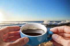 早晨咖啡杯天空海滩 库存图片
