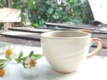 早晨咖啡杯概念 在葡萄酒背景的花 库存图片