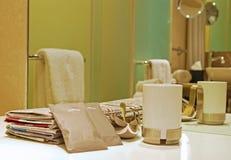 早晨咖啡杯用糖和报纸 免版税库存照片