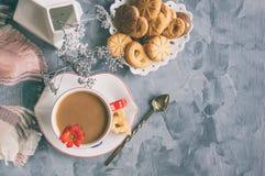 早晨咖啡用在原始的白色杯的牛奶有一个蓝色按钮的 图库摄影