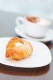 早晨咖啡用新月形面包 免版税库存图片
