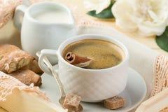 早晨咖啡用桂香、牛奶和曲奇饼 免版税图库摄影
