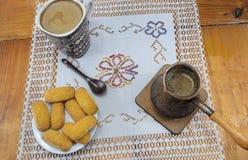 早晨咖啡用牛奶和饼干在一张木桌上 库存照片