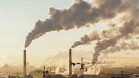 早晨在大都市城市 时间间隔 圣彼德堡 从管子是烟 在建造场所起重机运转 影视素材