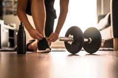 早晨在家庭健身房的锻炼惯例 图库摄影