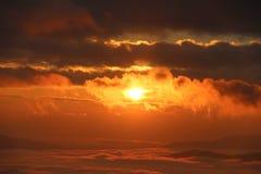 早晨在小山的薄雾盖子在热带森林的日出以后 免版税库存照片