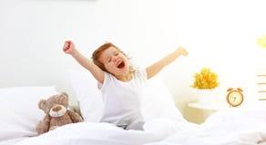 早晨在床上的唤醒儿童女孩 库存照片