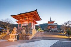早晨在有Kiyomizu dera寺庙的京都在日本 免版税库存图片