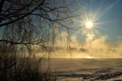早晨在河的冬天薄雾 库存照片