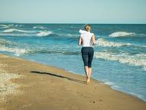 早晨在海滩的健身训练 免版税库存图片