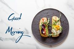 早晨多士用鸡蛋,芝麻菜,鲕梨 库存照片
