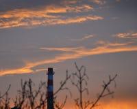 早晨天空-在LitomÄ› Å™ice的日出与烟囱 库存照片