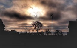 早晨太阳和云彩在海湾 库存图片