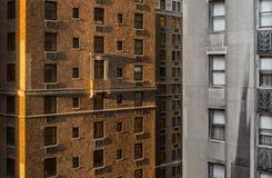早晨太阳在纽约捉住一个摩天大楼的边缘 免版税库存图片