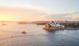 早晨太阳温暖的光的歌剧院在蓝天下 图库摄影