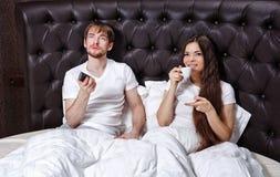 早晨夫妇 咖啡和电视 免版税库存图片