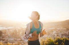 早晨奔跑的少妇 免版税库存图片